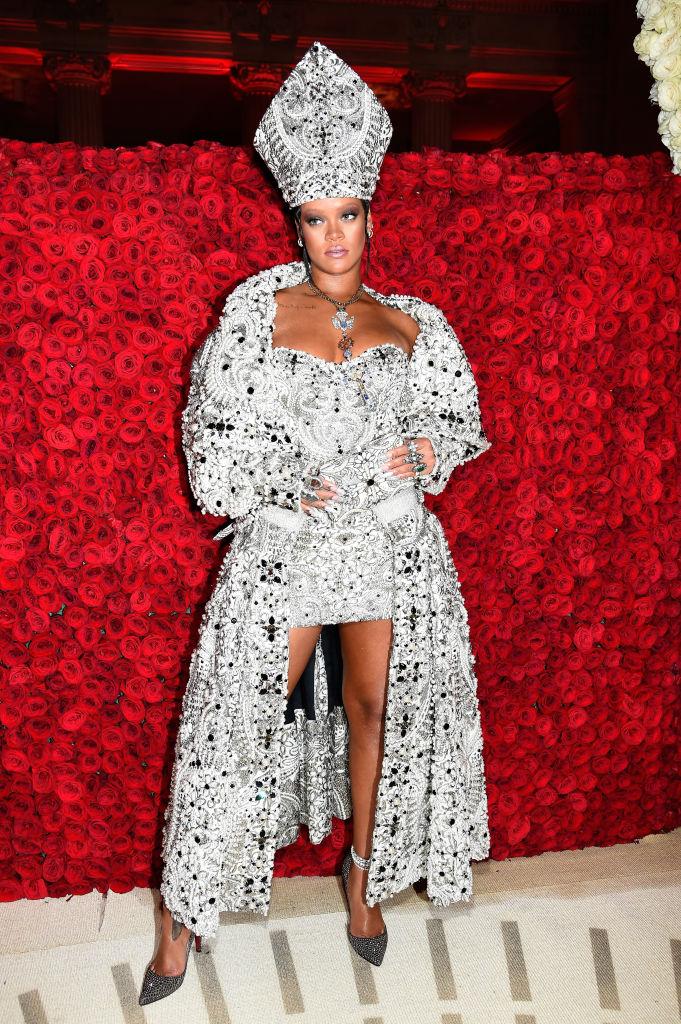 Rihanna in Maison Margiela by John Galliano, Christian Louboutin, bijuterii Maria Tash & Cartier